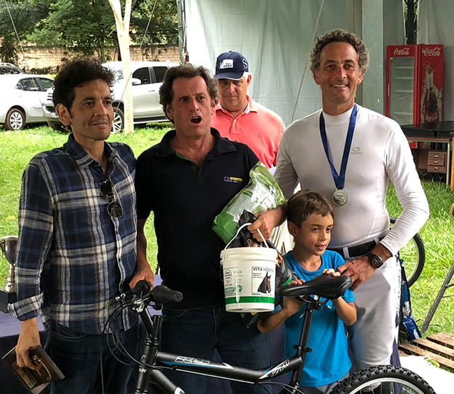 Luciano Drubi, campeão Senior, ao lado de Marcelo Tosi, diretor de CCE da FPH e competidor