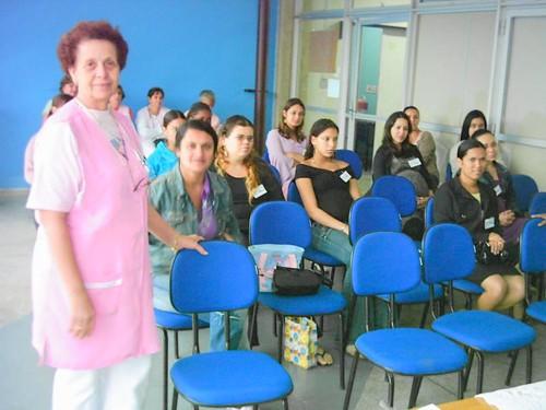 Dona Áurea recepciona futuras mamães participantes do curso de gestantes.
