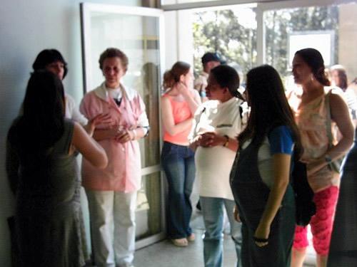 Dona Áurea, presidente dos voluntários recepcionando grupo de gestantes no HGT.