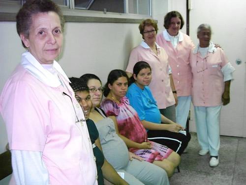 Entre suas atividades as voluntárias acompanham mamães no Centro Obstétrico.