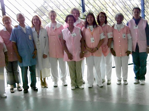 Grupo de voluntários do HGT, presidido por Áurea Maria Ferreira com a diretora técnica do HGT, Andréa Ottoni Salles Aldrighi.
