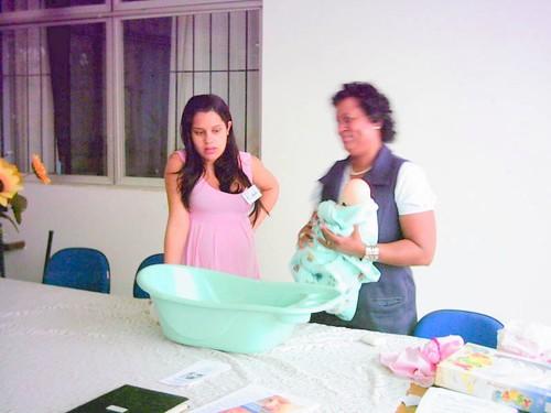 Marli Salete do Ambulatório de Aleitamento Materno do HGT, ensina dar banho em bebê, durante curso para gestantes organizado por voluntários.