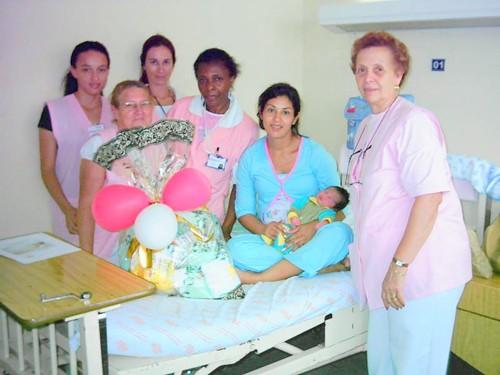 Presididas por Dona Áurea, voluntárias prestam homenagem às mamães em sua data especial.