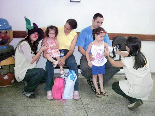Jovens acolhedores em atividades com crianças no Pronto Socorro Infantil.