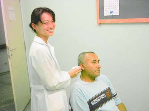 Daniele Shimada em sessão de acupuntura auricular aplicada à fisioterapia.