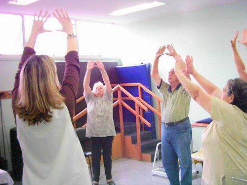 Grupo Maturidade de medicina Física em exercícios da técnica lian gong.