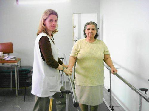 A fisioterapeuta Lucilene Lima orienta paciente da maturidade nas barras.
